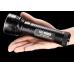 Мощный поисковый светодиодный фонарь Nitecore EA8 в руке пользователя