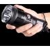 Фонарь Nitecore TM15 в руке пользователя