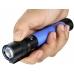 Синий фонарь Olight S2A Baton в руке пользователя